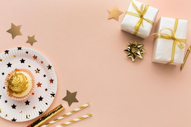 Assiette avec gâteau et cadeaux à côté