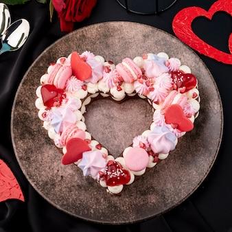 Assiette avec un gâteau en forme de coeur de la saint-valentin