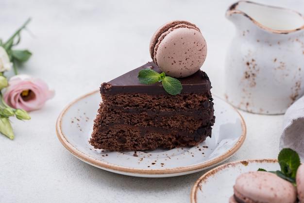 Assiette avec gâteau et macaron sur le dessus