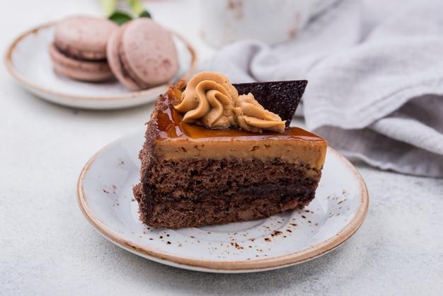 Assiette avec gâteau et macarons