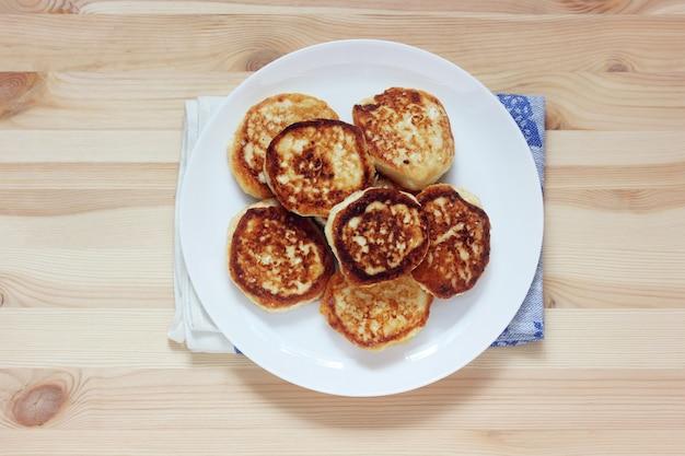 Assiette avec des gâteaux au fromage ou des crêpes au centre de la table