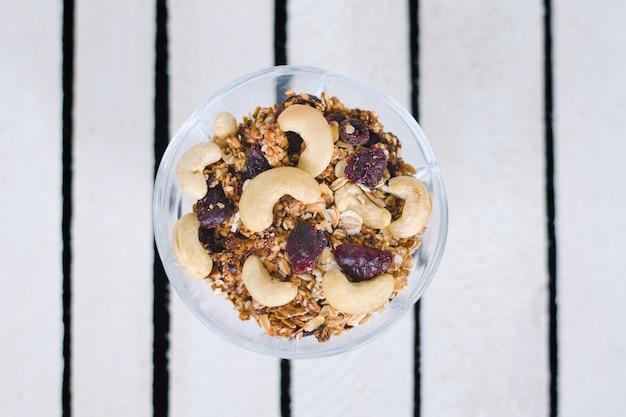 Assiette avec granola sur plaques blanches. vue de dessus
