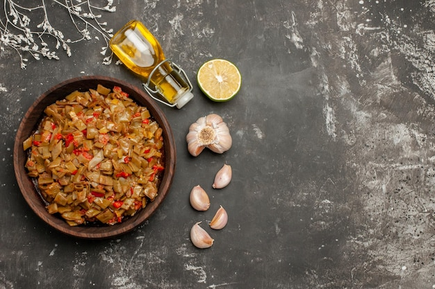 Assiette de haricots verts citron ail bouteille d'huile assiette de haricots verts aux tomates sur le tableau noir