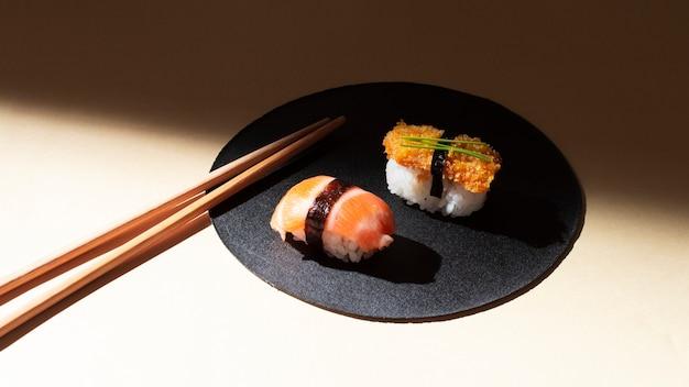 Assiette haute angle avec sushi