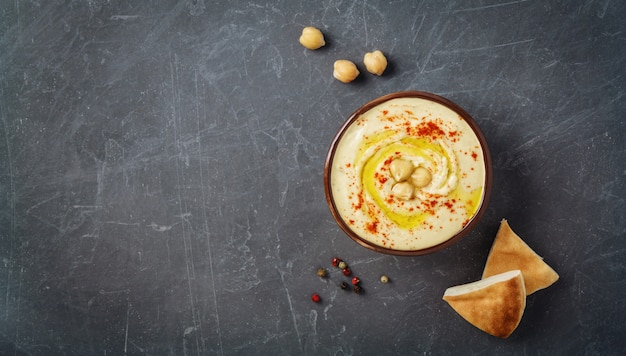 Assiette de houmous avec du pain plat pita, des pois chiches et des épices. vue de dessus, espace de copie.