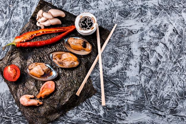 Assiette d'huîtres et de crevettes avec espace de copie