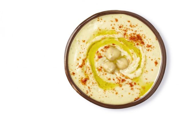 Assiette hummus pois chiches isolé sur fond blanc. vue de dessus.