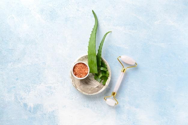 Assiette avec ingrédients pour masque facial et outil de massage