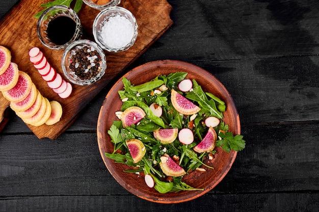 Assiette d'ingrédients et salade brune