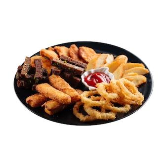 Assiette isolée d'apéritifs frits