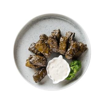 Assiette isolée de feuilles farcies de dolma géorgien