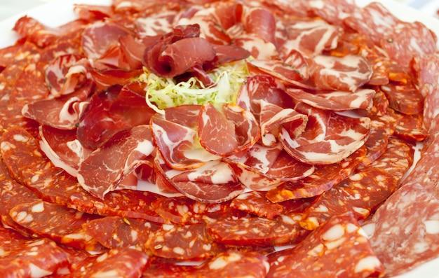Assiette de jambon et salami épicé