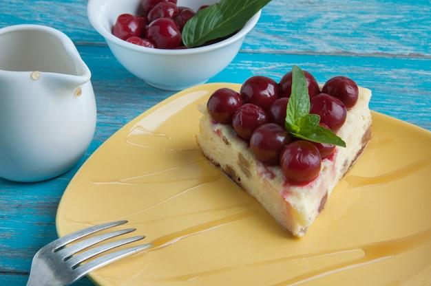 Assiette jaune avec un morceau de cheesecake