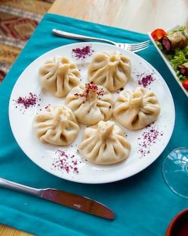 Assiette de khinkali servie avec vinette