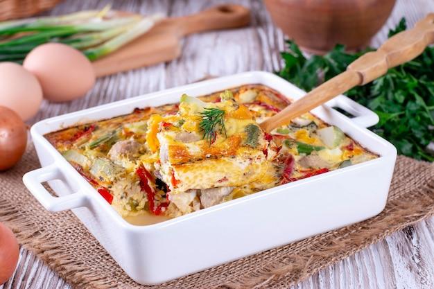 Ð¡ assiette de légumes avec œuf sur une table en bois
