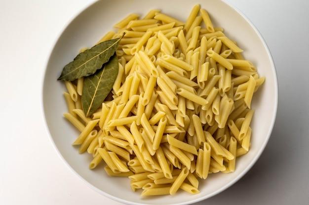 Assiette de macaronis cuits avec sel poivre et huile d'olive