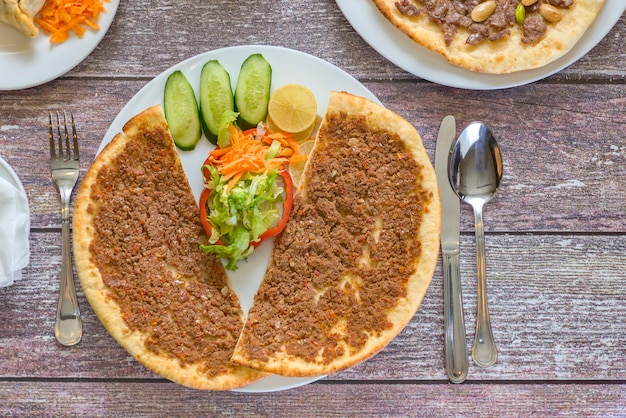 Assiette de manakish syrienne tranchée