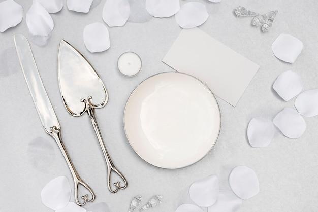 Assiette de mariage vue de dessus avec des couverts