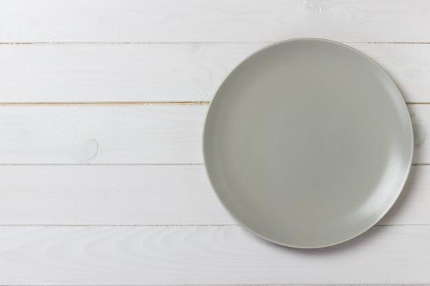 Assiette mate vide vue de dessus sur une table en bois rustique. vue de dessus