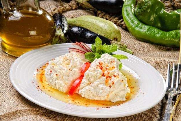 Assiette de mezzo blanc, cuisine traditionnelle arabe