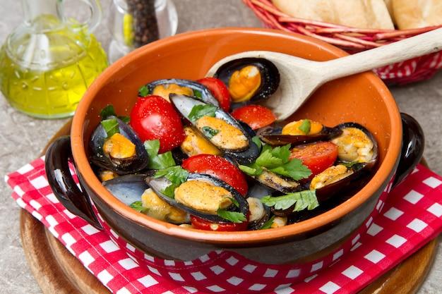 Assiette de moules fraîches à la tomate