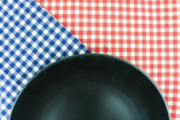 L'assiette sur la nappe à carreaux