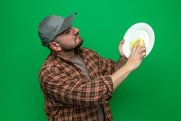 Assiette de nettoyage pour homme nettoyeur slave confiant avec une éponge