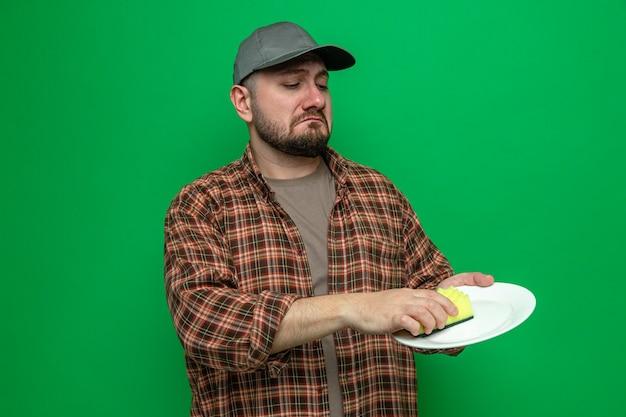 Assiette de nettoyage triste homme nettoyeur avec éponge