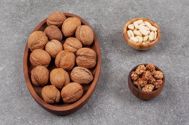 Assiette de noix et noix de cajou sur surface en marbre