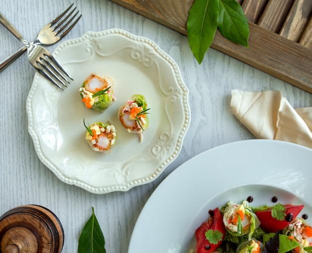 Une assiette avec de la nourriture et des fourchettes