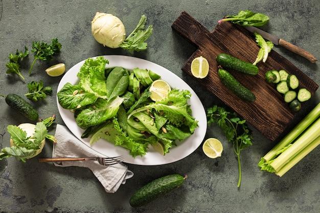 Assiette de nourriture végétalienne saine avec des légumes, des noix, des graines et des céréales vue de dessus