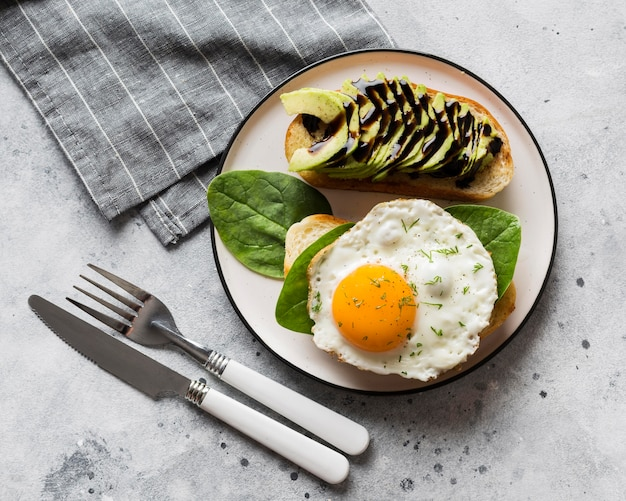 Assiette avec œuf au plat