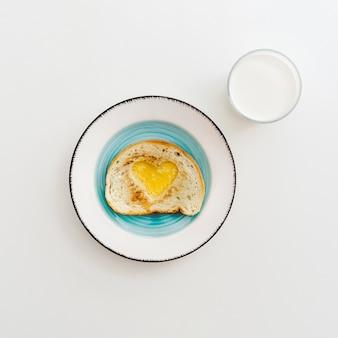 Assiette avec oeuf en forme de coeur pour bébé