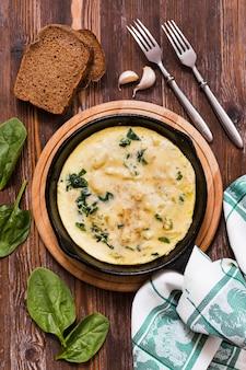 Assiette avec omlette aux œufs