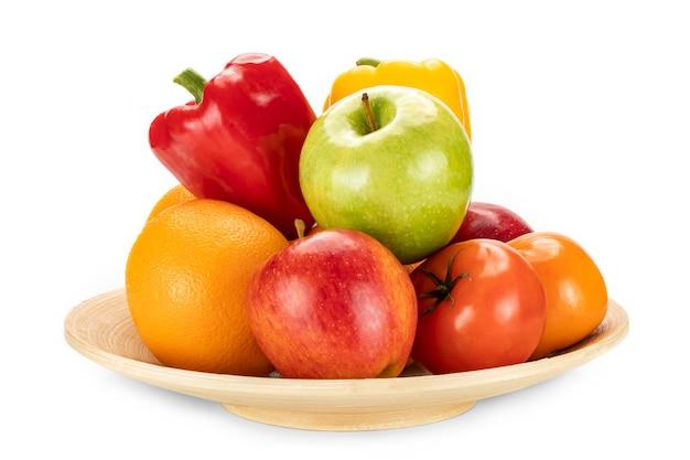 Une assiette d'oranges fraîches, pommes, kaki et poivrons
