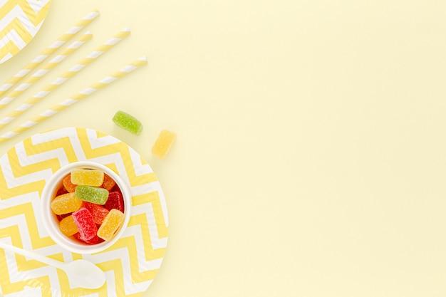 Assiette et pailles en plastique pour la fête
