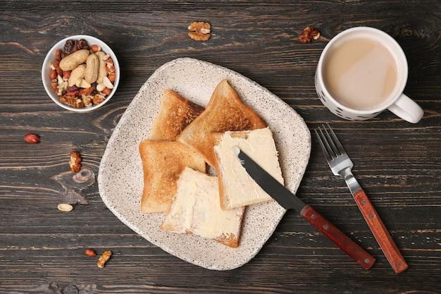 Assiette avec pain grillé sur table