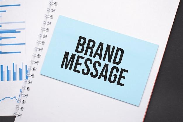 Assiette en papier avec texte message de la marque