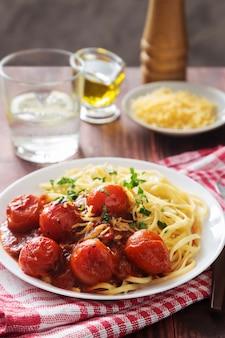 Assiette de pâtes aux tomates cerises et à l'huile d'olive