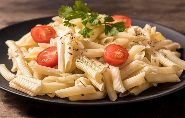 Assiette avec des pâtes italiennes close-up