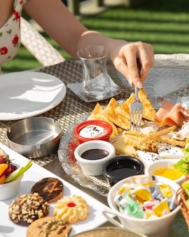 Assiette de petit déjeuner avec du fromage et des saucisses