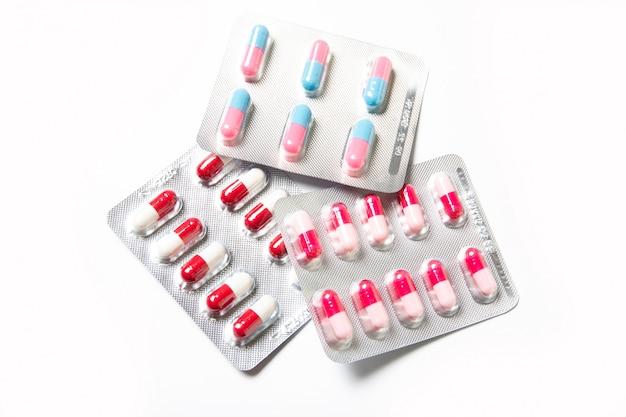 Assiette avec des pilules sur un blanc. du froid.