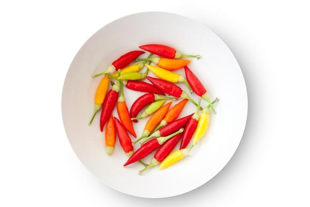 Assiette de piments colorés isolé
