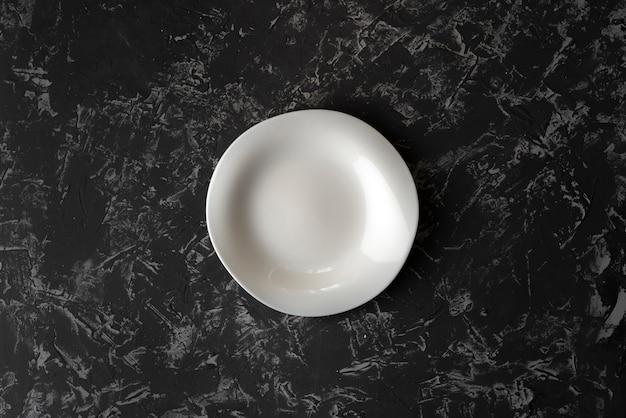 Assiette ou plat en céramique propre et vide sur une surface en béton