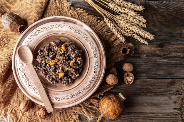 Assiette avec plat slave kutia nourriture traditionnelle de noël. bannière, menu, lieu de recette pour le texte, vue de dessus