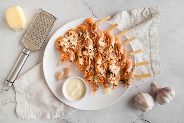 Assiette plate avec brochettes de crevettes