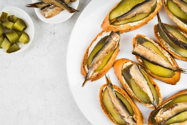 Assiette plate avec bruschettas de poisson