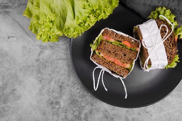 Assiette plate avec de délicieux sandwichs