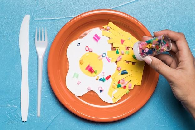 Assiette plate avec du plastique