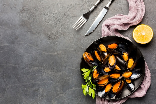 Assiette plate de moules cuites avec espace de copie